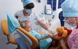Стоит ли лечить молочные зубы